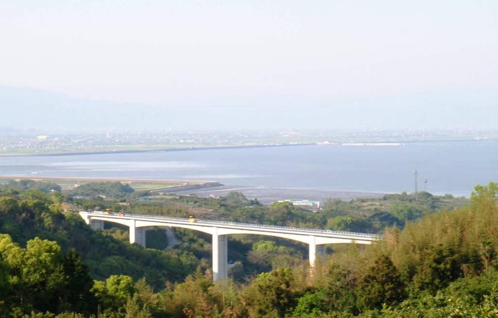 橋梁の向こうに見えるのは有明海